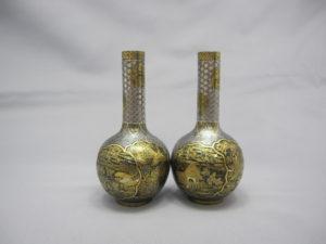 鉄地金銀象嵌 窓絵図 花瓶一対